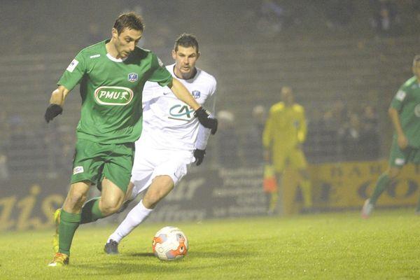 Moulins, en vert, a surpris en s'accordant la victoire 1 à 0 contre Nîmes, qui évolue en L2, samedi 5 décembre 2015 en Coupe de France de football.