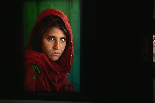 La jeune fille afghane, l'une des photographies les plus célèbres du XXe siècle. Elle est signée Steve McCurry