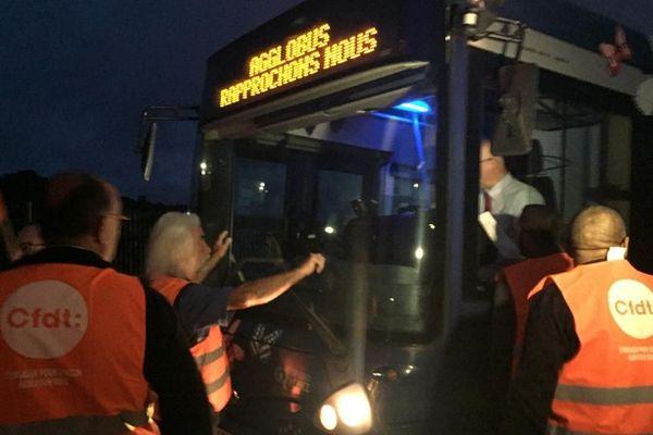 Dès 6 heures ce lundi matin, les grévistes bloquent le 1er bus à la sortie du dépôt.