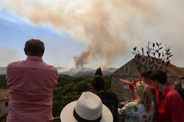 Le mardi 17 août 2021, Grimaud (Var) : les habitants du village de Grimaud regardent les incendies de forêt faire rage. Des milliers de personnes ont été évacuées des campings et de certains quartiers dangereux dans le Golfe de Saint-Tropez. Les pompiers et les avions bombardiers d'eau ont lutté contre l'incendie dans des conditions difficiles pendant près d'une semaine.