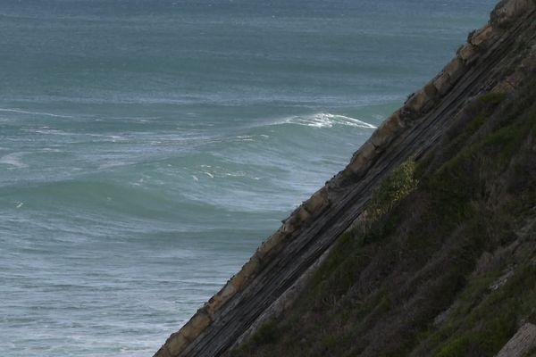 La puissance de l'océan conjuguée au ruissellement des eaux de pluie fragilisent la falaise