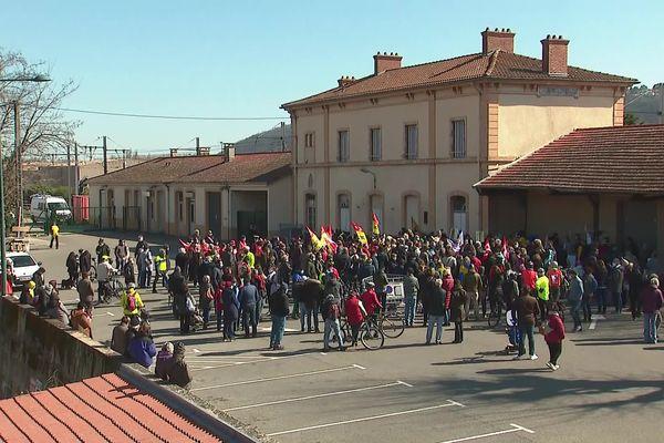 Un rassemblement ce dimanche matin (21/3/21) devant la gare de Condrieu (Rhône) pour réclamer le retour des trains de voyageurs sur la rive droite du Rhône