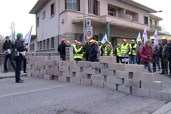 Bourg-Madame (Pyrénées-Orientales) - action des artisans du BTP à la frontière avec l'Espagne - 19 février 2013.