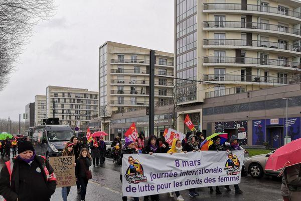 Le cortège est parti des rives de l'Orne à Caen pour 2.6 kilomètres d'une marche symbolique à l'occasion de la journée des droits des femmes.