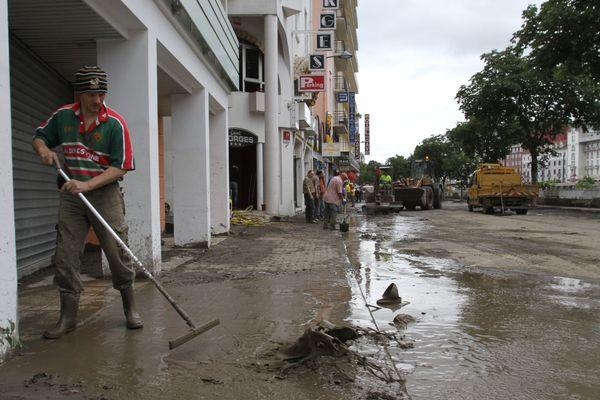 Lors du nettoyage à Lourdes après les inondations
