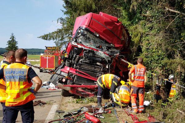 Les pompiers ont mis de longues heures pour dégager le conducteur de sa cabine.