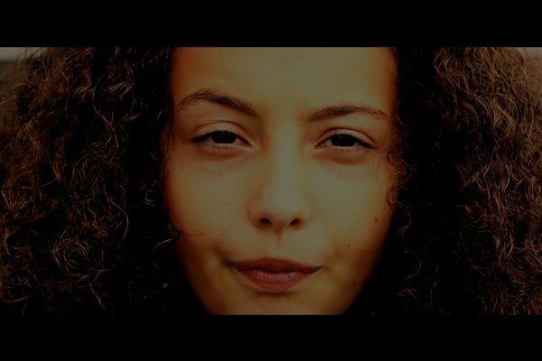 """Jana, le personnage principal du film """"Je suis un téléphone @rabe"""" réalisé au collège Jacques Brel de Noyal-sur-Vilaine"""