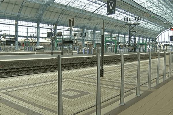 Un quai de la gare de Bordeaux quasi désert en raison de la grève des cheminots.