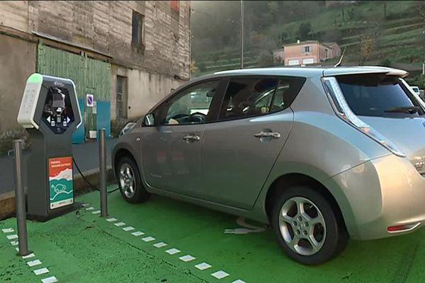 Un véhicule électrique en cours de recharge à la borne de Saint-Sauveur-de-Montagut