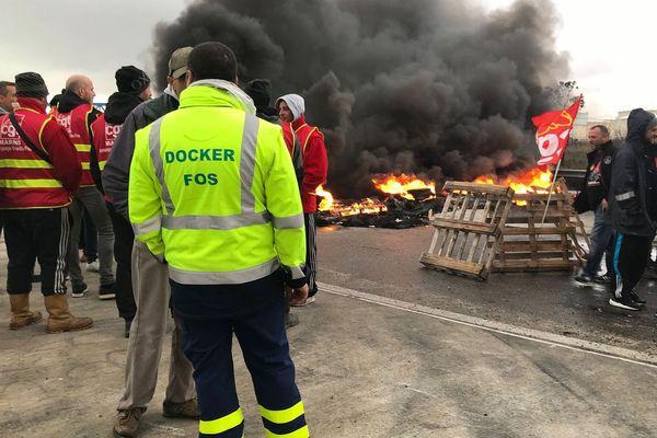 Les Dockers de Fos bloquent le dépôt.