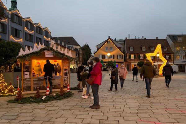 Marché de Noël d'Offenbourg, mercredi 9 décembre vers 16h. Trop de monde, notamment le weekend, selon les responsables politiques.