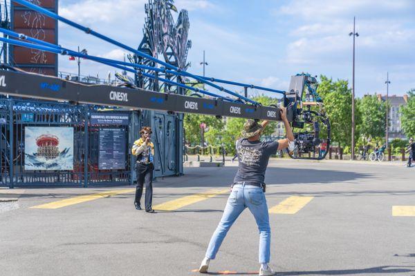 Le rappeur Ichon devant le Carrousel des Machines de l'île de Nantes.