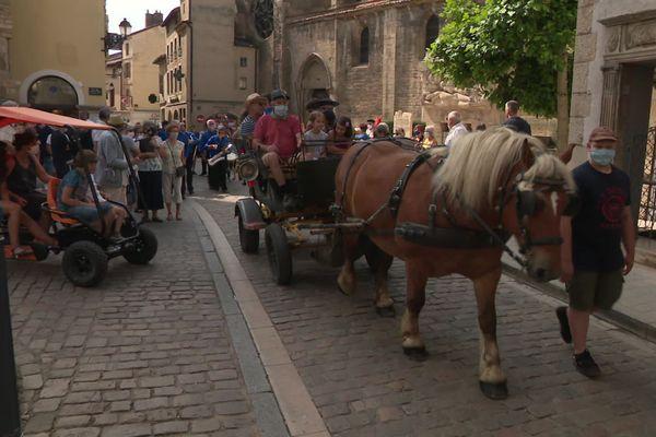 Pour ce 14 juillet à Cluny, le défilé s'est fait en calèche, à vélo ou en rosalie