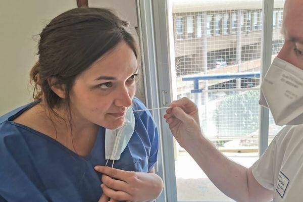 Facile à utiliser et peu couteux, le test olfactif pourrait aider au triage des cas positifs au Covid-19, préalablement à un test virologique (prélèvement par voie nasale).