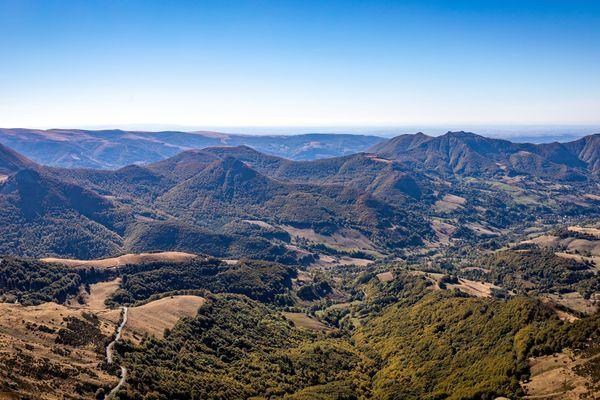 Le sentier du GR 400 offre un panorama exceptionnel.