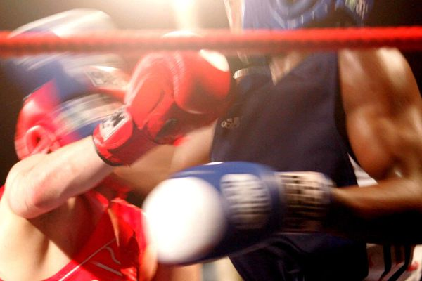 """Illustration. Les participants au """"Fight club"""" d'Ajaccio portaient des protections légères  aux mains et un casque sur la tête."""