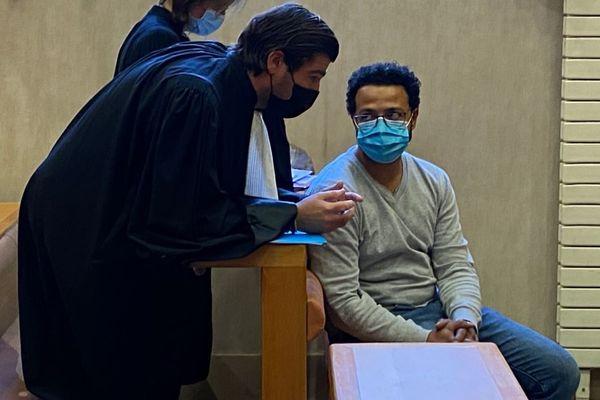 L'ancien compagnon de Xinthia Hawke et son avocat lors du jugement de l'anesthésiste au tribunal correctionnel de Pau le 12 novembre 2020.
