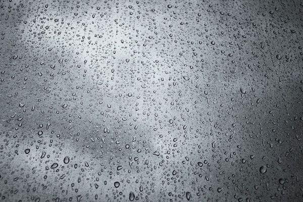 Routes humides, essuie-glaces et capot mouillé, en ce lundi...