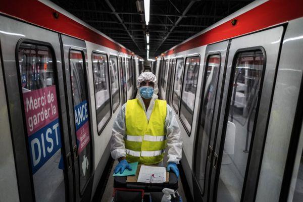 A Vénissieux (Métropole de Lyon), les métros du Sytral sont désinfectés tous les jours avant la mise en service. Avec le couvre-feu qui démarre dans la nuit du 16 au 17 octobre, les métros et bus lyonnais seront moins nombreux le soir, de l'ordre de 10% pour l'instant.