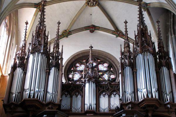 L'orgue Rinckenbach–Aubertin–Gaillard, au-dessus de l'ancestral buffet de la collégiale Saint-Thiébaut de Thann.