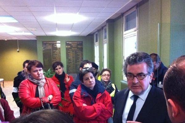 Les grévistes du CHU en conversation avec Alain Claeys, député-maire de Poitiers et président du conseil de surveillance
