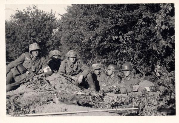 Soldats allemands dans un poste de défense.