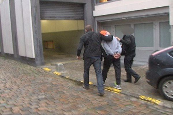Ce vendredi matin, vers 8h, une des personnes qui va être présentée au juge, arrive au tribunal de Lille.