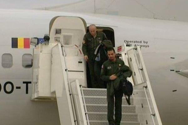Les représentants militaires arrivant sur la base aérienne d'Avord pour vérifier les installations.