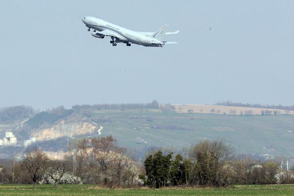 Un A330 Phénix de l'armée de l'air avait décollé de l'EuroAirport de Bâle Mulhouse pour d'évacuer six patients atteints du Covid-19 vers les hôpitaux des armées de Laveran et Saint-Anne. Blotzheim le 18 mars 2020