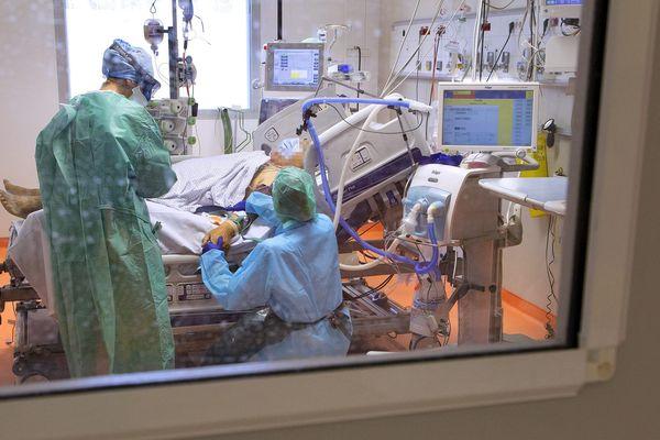Selon le collectif, la prescription précoce d'hydroxychloroquine aurait pu empêcher la mort d'un bon nombre de patients atteints de coronavirus (28 000 morts en France selon les derniers chiffres).Le service réanimation du CHU de Montpellier en avril 2020.