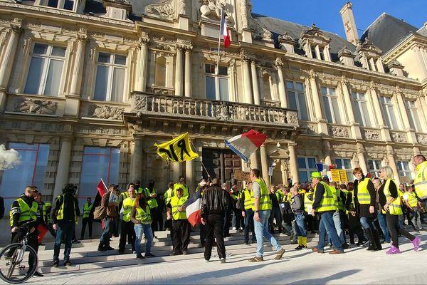 Des gilets jaunes devant l'hôtel de ville de Reims le 16 février 2019.