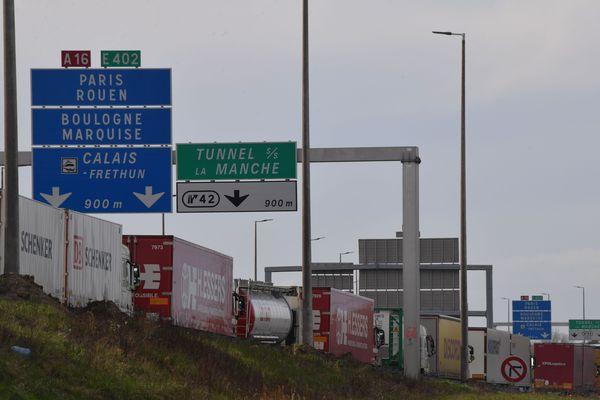 Plusieurs kilomètres de bouchons paralysent l'A16 à hauteur de Calais et Dunkerque.