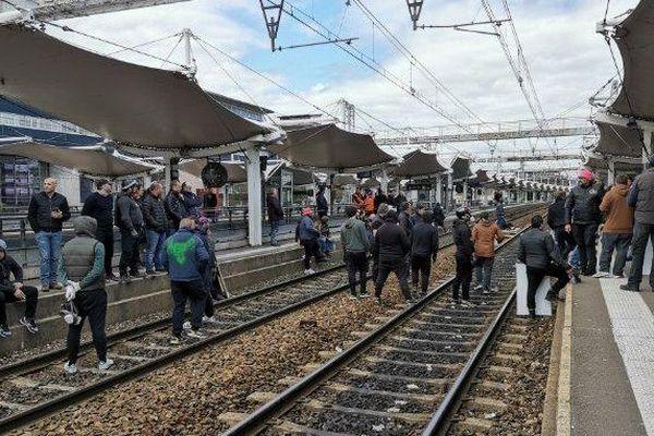 Les forains ont bloqué la gare du Mans ce lundi 25 mars. La circulation des trains a été fortement perturbée