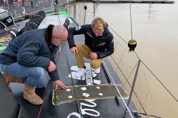 Une réparation de fortune effectuée en pleine mer par Maxime Sorel (à droite) pendant la course