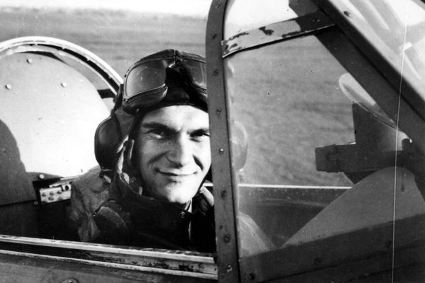 L'aviateur français René Mouchotte aux commandes d'un chasseur Hawker Hurricane de la Royal Air Force (photo non datée).