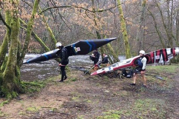 Les kayakistes de l'équipe de France à l'embarquement