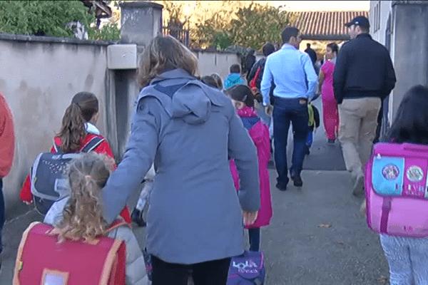 Des élèves rentrent dans l'école de Cadaujac ce mardi 3 novembre après l'arrestation de son direction, suspendu.