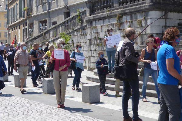 La file d'attente symbolique en faveur de la régularisation des sans-papiers ce samedi 20 juin à Chambéry.