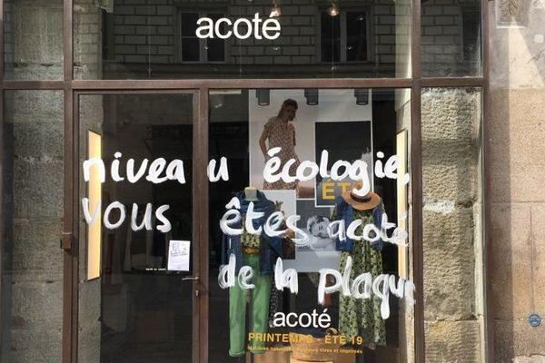Des tags contre pollution lumineuse, rue de la paix, à Nantes, le 1er mai 2019