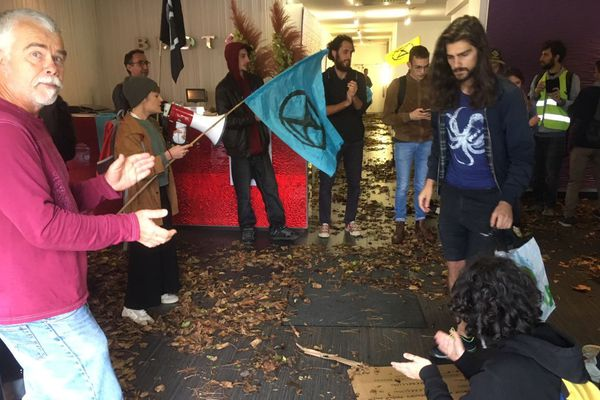 Les opposants au projet de centre commercial Open Sky ont déversé des feuilles au siège du groupe immobilier Blot