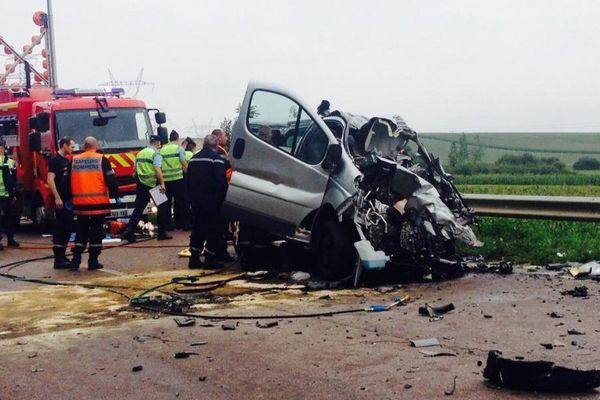 Les secours interviennent autour du minibus accidenté sur la D619, dans l'Aube (22/07/2014)