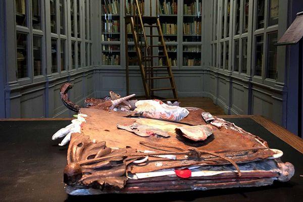 Une exposition ou livres anciens et livres détournés se mélangent