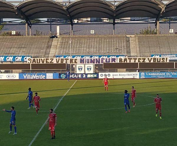 Une banderole à destination des joueurs avant le match retour contre Villefranche-Beaujolais