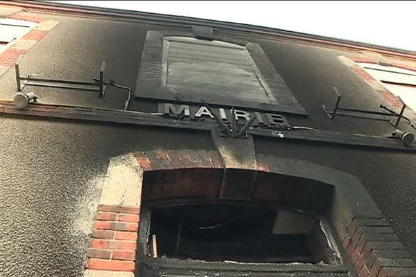 Des pneus et des palettes avaient été enflammés devant la façade de la mairie de Bonnée (Loiret) en décembre 2018, provoquant d'importants dégâts.