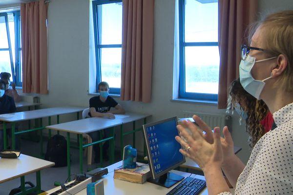 En classe, l'infirmière du lycée a expliqué aux élèves, tous masqués, les règles sanitaires à respecter.