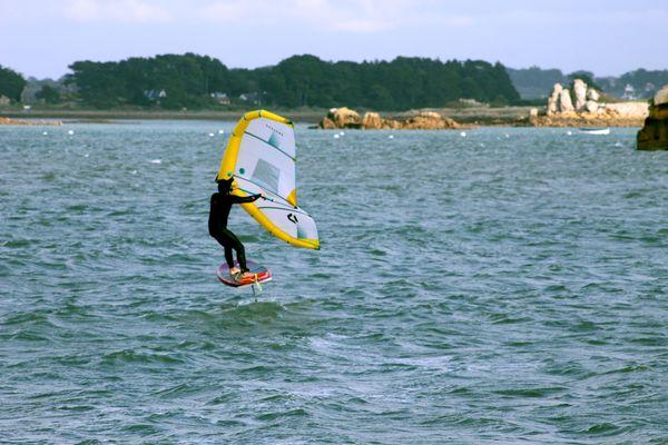 À Port-Blanc à Penvénan, il est possible pratiquer le Wing Foil
