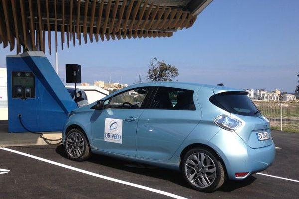 Une voiture électrique en recharge dans la station d'énergie solaire Driveco à Bastia, le 14 mars 2016.
