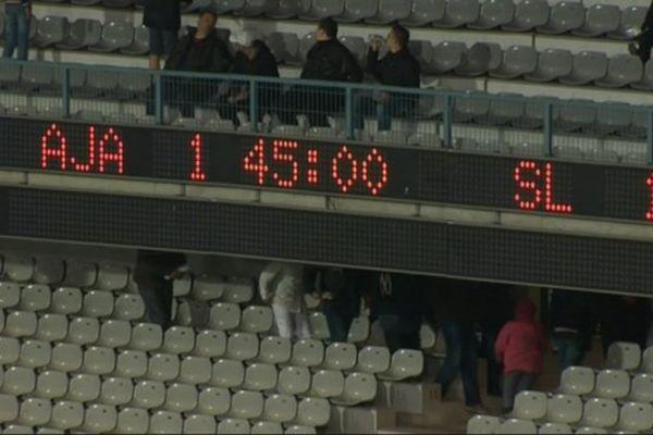 Match nul 1-1 entre l'AJA et Laval, 34e journée de Ligue 2, mardi 28 avril 2015.