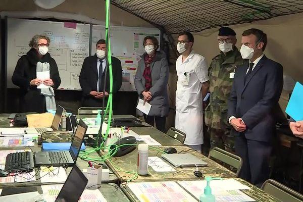 Masque FFP2 sur le nez, Emmanuel Macron dans une tente de l'hôpital militaire installée à Mulhouse