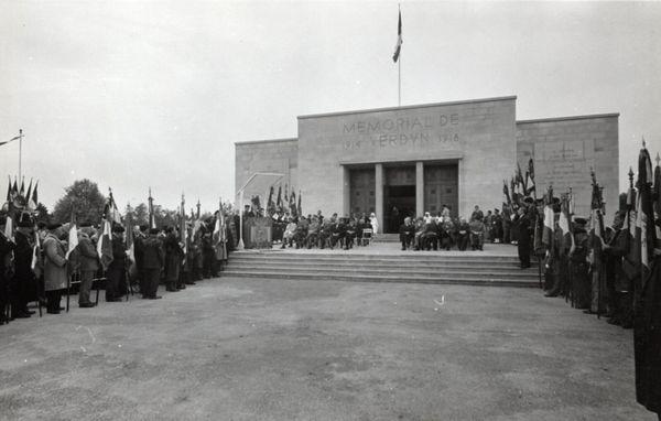 Inauguration du Mémorial de Verdun en présence d'anciens combattants.